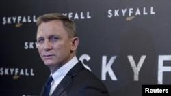 Craig de 44 años, interpreta al agente 007 por tercera vez. En 2006 había personificado a Bond en la película Casino Royale y en 2008 actuó en Quantum of Solace.