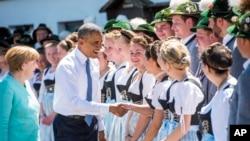 Kansela wa Ujerumani Angela Merkel, kushoto, na Rais wa Marekani Barack Obama wanakaribishwa na weakazi wa kijiji cha Kruen, kusini mwa Ujerumani June 7, 2015.