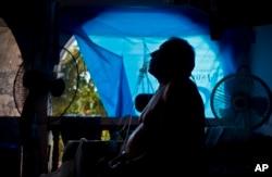 Житель пуэрториканского города Наранхито до сих пор живет в доме с выбитыми стеклами. 9 сентября 2018 г.