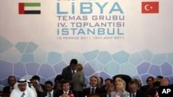 美国认可利比亚反政府力量。图为美国国务卿克林顿与英国外交大臣等人7月15日出席利比亚活动组织在伊斯兰坦布尔召开的会议