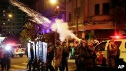 Polisi menembakkan gas air mata ke arah pendukung Presiden Dilma Rousseff di Sao Paulo, Brazil, 30 Agustus 2016 (AP Photo/Andre Penner)
