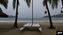 Kawasan wisata pantai di Zihuatanejo, Meksiko sepi menjelang datangnya badai tropis Raymond (foto: dok).