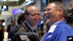 27일 미국 뉴욕 증권거래소에서 매매업자들이 크게 웃고 있다.