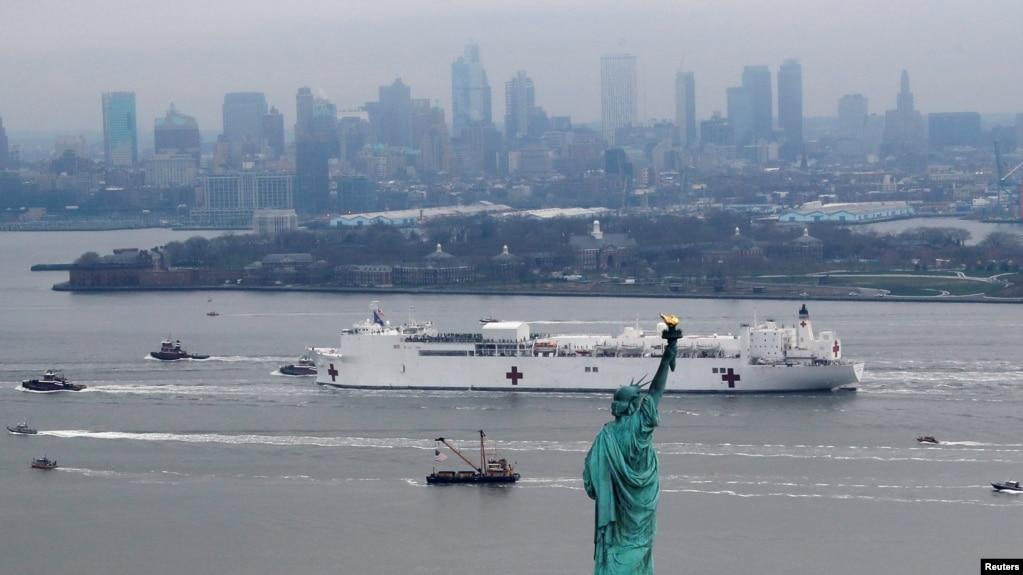 """希望:美海军""""安慰号""""医院船驶入纽约港帮助抗疫"""