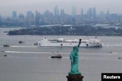 Tàu bệnh viện Comfort được đưa tới New York để giúp thành phố này chống dịch COVID-19 vào ngày 30/3/2020.