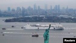 """美国海军""""安慰号""""医院船驶入纽约港。(2020年3月30日)"""