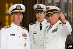 美国海军作战部长理查森上将在北京的中国海军总部听取中国海军司令员吴胜利上将的介绍。(2016年7月18日)