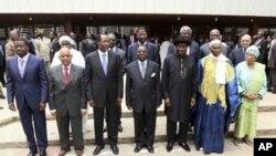 Shugabanin kungiyar ECOWAS bayan taron kolinsu a Abujan Nigeria.