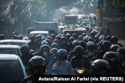 Orang-orang mengendarai sepeda motor pada hari pertama larangan mudik karena pemerintah menghentikan perjalanan laut, darat, udara, dan kereta api dari 6 hingga 17 Mei dalam upaya mencegah penularan COVID dalam skala besar- 19 pandemi di Bandung, Jawa Bar