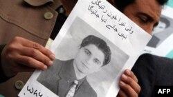 Novinar, učesnik protesta u Pešavaru, drži sliku ubijenog kolege iz Karačija, Valija Kan Babara