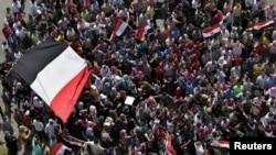 6月3日,在穆巴拉克被判终身监禁之后,开罗民众在解放广场上示威