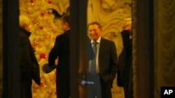 Dubes Rusia untuk Belarus Alexander Surikov, Dubes Tusia untuk Ukraine Mikhail Zurabov, mantan Presiden Ukraina Leonid Kuchma di Minsk, Belarus (24/12).