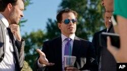 Директор Белого дома по связям с общественностью Энтони Скарамуччи (в центре)