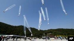 지난해 10월 한국 경기도 파주에서 탈북자 단체 관계자들이 북한 김정은 정권을 비판하는 내용의 전단을 실은 풍선을 북으로 날려보내고 있다. (자료사진)