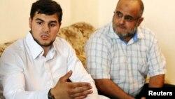 Addullah al-Raghie, izquierda, hijo de Abu Anas al-Libi dijo que la salud de su padre está deteriorada por la huelga de hambre y que padece hepatitis C.