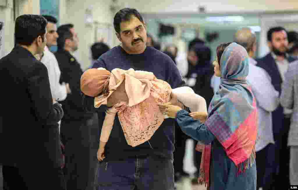 گاهی هم مراسم چهارشنبه سوری به خاطر بی توجهی عده ای، به خسارت های جانی و جسمی منجر می شود. پدری که فرزند حادثه دیده خردسالش را حمل می کند. عکس: مهدی نصیری