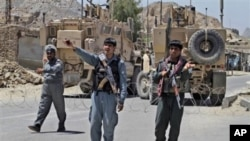 阿富汗警察守卫在坎大哈主要监狱附近