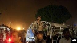 Nhân viên an ninh Pakistan đến sân bay Karachi sau vụ tấn công, 8/6/14