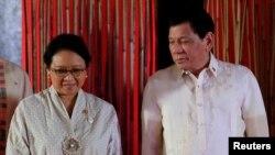Presiden Filipina Rodrigo Duterte dan Menteri Luar Negeri Indonesia Retno Marsudi pada saat menghadiri Pertemuan ke-50 Menteri Luar Negeri ASEAN, di Pasay City, Metro Manila, Filipina, 8 Agustus 2017.