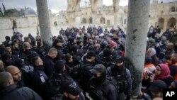 Polisi Israel bersiaga di gerbang masjid Kubah Batu dan berhadap-hadapan dengan warga Palestina, 14 Januari 2019 (foto: AP Photo/Mahmoud Illean)