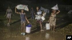 Bão Grace trút xuống trên những người sống sót sau động đất đang sống tạm trong trại tị nạn ở Les Cayes, Haiti, vào ngày 16/8/2021.