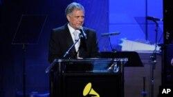 Глава CBS Лес Мунвис выступает на открытии 55-й ежегодной церемонии «Грэмми». Лос-Анджелес, Калифорния. 9 февраля 2013 года