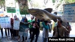 Aksi di BKIPM Surabaya 13 Juli 2018 mendesak langkah penegakan hukum terhadap pemilik dan pelepas ikan arapaima ke sungai Brantas-2. (Foto:VOA/Petrus Riski).