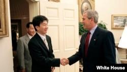 조지 부시 전 미국 대통령(오른쪽)이 재임시절인 지난 2005년 6월 백악관 집무실에서 요덕관리소 출신 탈북자 강철환 씨를 직접 면담했다.