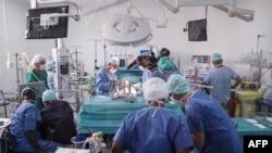 Le docteur Olivier Baron, assisté de son confrère malien Baba Ibrahima Diarra, réalise réalise la première opération à cœur ouvert au Mali, au Centre André Festoc de l'hôpital mère et enfant du Luxembourg à Bamako. le 10 septembre 2018.