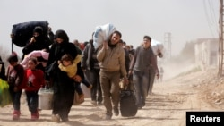 مردم روستایی در غوطه شرقی در حال ترک محل زندگی خود، در پی بمباران منطقه بوسیله روسیه