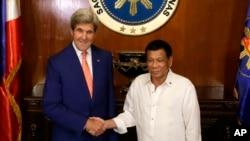 美國國務卿克里(左)今年7月27日訪問菲律賓與總統杜特爾特會面。