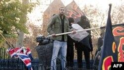 Протестувальнки поруч із зірваним британським флагом, у посольстві Британії в Тегерані.