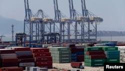 Sebuah truk melintasi peti kemas di pelabuhan Ningbo, provinsi Zhejiang (9/7). Ekspor China turun 3,1 persen bulan Juni tahun 2013, memicu keprihatinan terkait melemahnya pertumbuhan ekonomi di negara kedua terbesar ekonomi dunia tersebut.