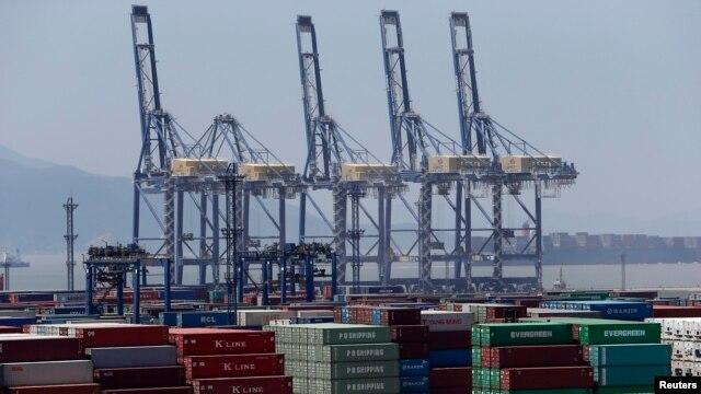 中国宁波港口等待出运的集装箱