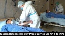 ARHIVA, ILUSTRACIJA - Medicinski radnici zbrinjavaju obolele od koronavirusa u vojnoj bolnici u Budenku, u Rusiji (Foto: AP/Russian Defense Ministry Press Service)
