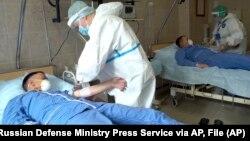 Врачи берут кровь у добровольцев, участвующих в испытании вакцины против коронавируса в военном госпитале им. Бурденко