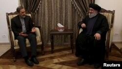 Le chef du Hezbollah chiite libanais, Hassan Nasrallah, qui vit dans un lieu secret depuis une décennie, à gauche, rencontre le conseiller principal de l'Ayatollah Ali Khamenei, chef suprême de l'Iran le 1er décembre 2015.