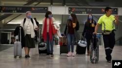 在墨西哥城机场,人们带着口罩防备新冠病毒疫情的扩散。(美联社2020年2月28日资料照)