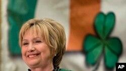 """ჰილარი კლინტონი """"ირლანდიელ ქალთა საზოგადოების"""" მიერ გამართულ მიღებაზე."""