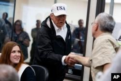 도널드 트럼프(가운데) 대통령이 29일 텍사스주 재난대책본부를 방문, 관계자들과 악수하며 노고를 치하하고 있다.