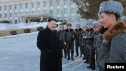 Lãnh tụ Bắc Triều Tiên Kim Jong-un chụp ảnh với các phi công lái máy bay chiến đấu của quân đội Cộng hoà Dân chủ Nhân dân Triều Tiên.