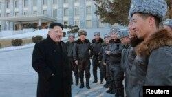 El líder norcoreano, Kim Jong-un conversa con un grupo de pilotos frente al edificio del Comité Central del Partido de los Trabajadores de Corea del Norte.