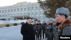 북한 김정은 국방위원회 제1위원장이 올해 첫 비행훈련으로 표창 휴가를 갔던 전투비행사들을 만나 격려했다고 조선중앙통신이 2일 보도했다. 배경의 건물은 평양의 북한 노동당 중앙위원회 청사다.