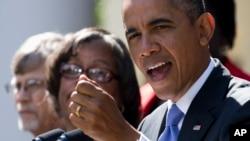 바락 오바마 미국 대통령이 1일 백악관에서 지지자들과 함께 기자회견을 가지고 있다.