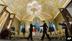 Tổng thống Nga Vladimir Putin bắt tay với Thủ tướng Nhật Shinzo Abe trong cuộc họp tại Ðiện Kremlin, ngày 29/4/2013.