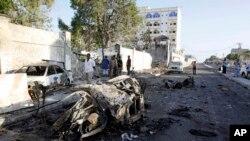 摩加迪沙半岛酒店外的汽车残骸。(2014年1月2日)