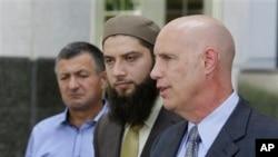 Abdulbaki Todashev (trái), cha của Ibragim Todashev, và 2 luật sư tại 1 cuộc họp báo, thứ Ba, 20/8/2013