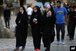 1979-cu il İslam İnqilabından bəri İranda qadınlara başı-açıq gəzmək qadağandır.