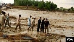 Banjir melanda beberapa provinsi di Afghanistan utara dan telah menewaskan 110 orang lebih (27/4).