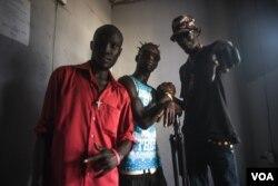 Ca sĩ nhạc rap Nam Sudan Lual D'awol chụp ảnh cùng các nghệ sĩ hip-hop trong phòng thu ở Juba, ngày 4 tháng 6 năm 2016.